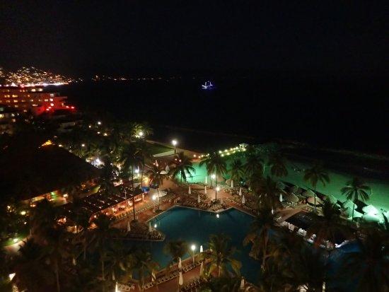 شيراتون بوجانفلياس رزورت آن كونفنشن سنتر: Night  time view from  Club  level - real quiet and nice.