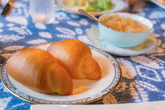 Kijimadaira-mura, Japonia: 朝焼き上げるパンと自家製りんごジャムも最高でした。