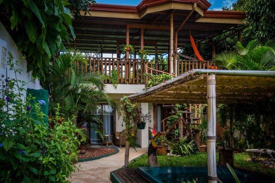 Santa Ana, Kostaryka: Foto des Innenhofs mit Blick auf die Hofzimmer und die Dachterrasse