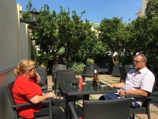 Hotel Diana Pompei: Courtyard garden