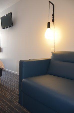 Kyriad Metz Centre : Chambre triple avec canapé lit
