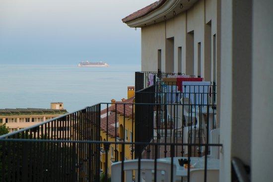 Hotel & Spa Benalmadena Palace: Vista desde la habitación a la derecha