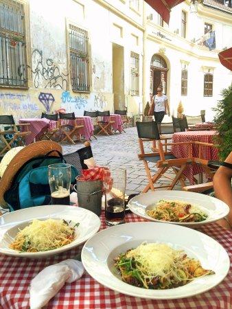 Letný obed na teraske tejto útulnej reštaurácie :)