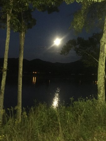 Roanoke, Virginia Occidental: Moon over the lake from the patio