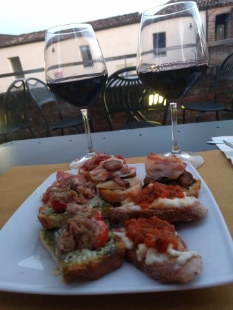 Riolo Terme, Italia: Tasty bruchetta's and lovely local wine
