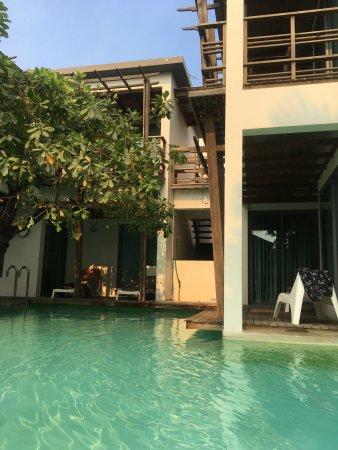 Paragon Inn: Balcon sur la piscine