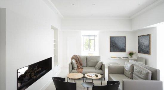 Autignac, Γαλλία: Lounge Area With Fireplace