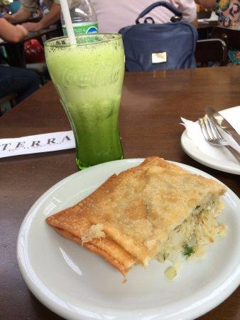 Stato di San Paolo: Pastel de Bacalhau e suco de abacaxi com hortelã