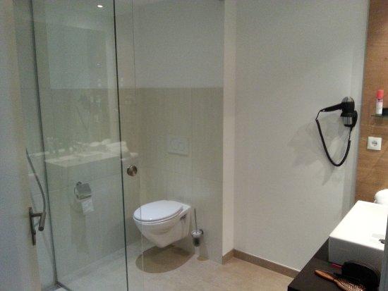 Landgasthof Gemmer: Großes Bad mit viel Platz für Ablagen und ebenerdige Dusche