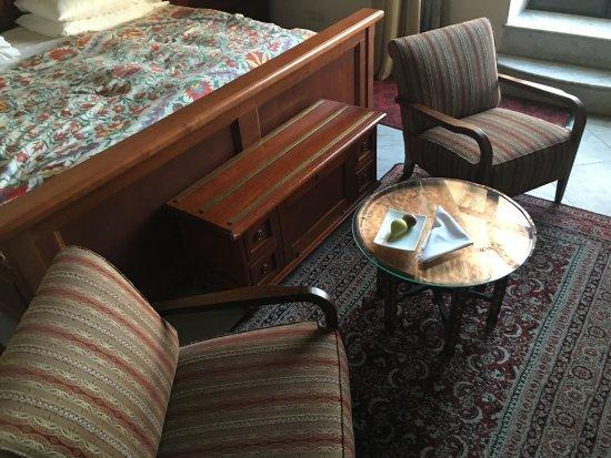 The American Colony Hotel: Tisch orientalisch