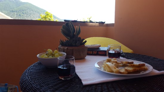 Komiza, Kroasia: Lunch on Terrace with food from local markets