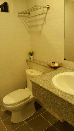 Pluak Daeng, Thailandia: Wide and clean bathroom