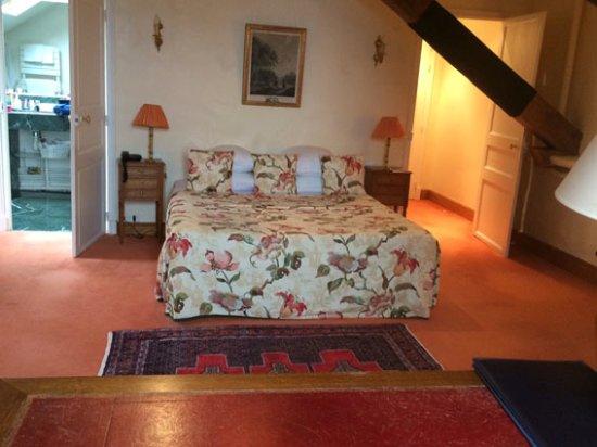 Kervignac, Frankrike: A gauche la salle de bains... à droite du lit, la poutre qui barre l'accès depuis le petit coulo