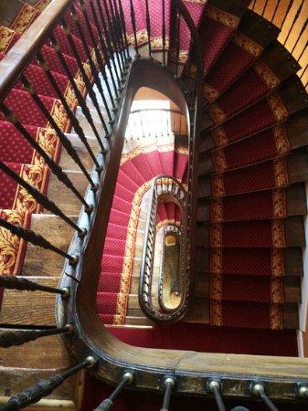 Kervignac, França: Trois grandes volées d'escalier pour aller de la chambre au restaurant !!! Sans ascenseur...