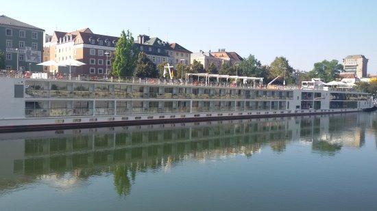 Donauschiffahrt Wurm + Köck: vorbei an der Kreuzfahrtschiffskonkurrenz