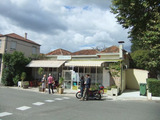 Limoux, França: Front of restaurant with new toilet on right and now inside building