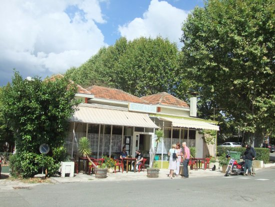 Limoux, França: Exterior with glass front