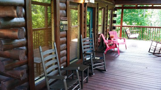 Hemlock Hills Resort: Enjoy your vacation on our relaxing porches!