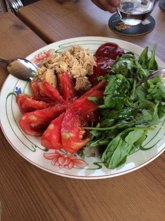 Buitrago de Lozoya, Spanien: Ensalada de bonito, tomate, pimientos y brotes tiernos