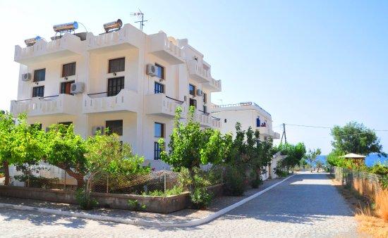 Agia Roumeli, กรีซ: Vue de la façade côté mer et montagne