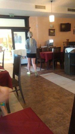 Forum Hotel: Kelnerka, chodzaca w takiem ubraniu przez 5 dni pobytu , rozmazany makijaz ,brudne wlosy
