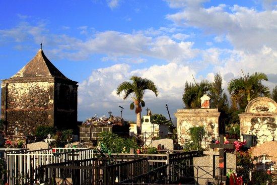 Arrondissement of Saint-Paul, เกาะเรอูนียง: Помимо одиночных могил на кладбище много семейных склепов
