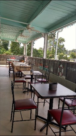 Waynesboro, GA: Tables and booths on patio now!
