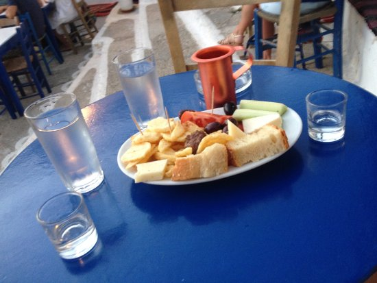 Tholaria, Grekland: Raki, cheese and some tomatos (sorry no photos of the meatballs)
