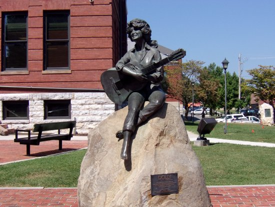 Dolly Parton Statue: The Statue of a young Dolly Parton