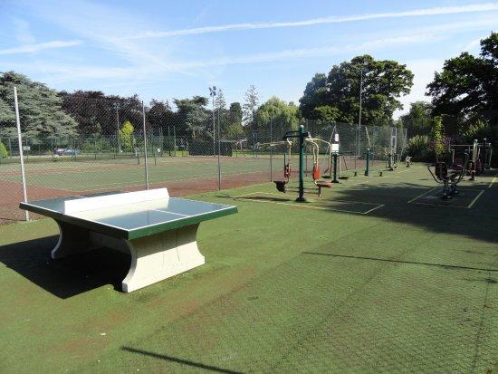 Melton Mowbray, UK: Outdoor Gym area next to the tennis court