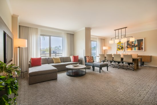 DoubleTree by Hilton Hotel San Diego - Mission Valley: Studio Suite Living Area