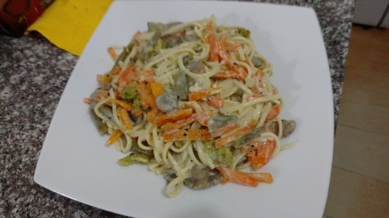 Quito Airport Suites: Our creamy pasta alfredo with chicken or shrimp