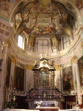 Madonna del Sasso, إيطاليا: Muovendosi lungo la navata le colonne dipinte sembrano cambiare dimensione e inclinarsi