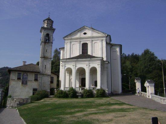 Madonna del Sasso, إيطاليا: All'apparenza austero, il Santuario è invece semplice e accogliente