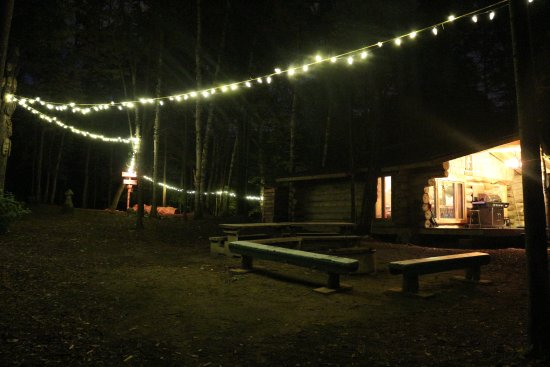 Chimo Refuges : Main building (abri central) at night