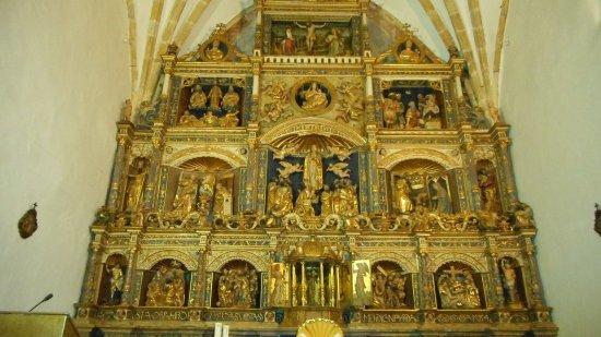 Arnuero, España: Vista detallada del retablo del altar principal