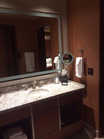 Choctaw Casino Resort: Large bathroom.