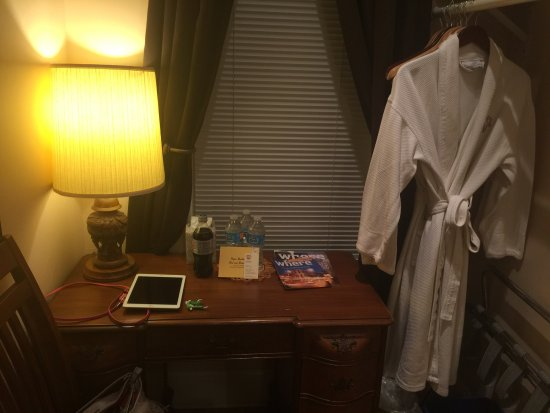 Ray's Bucktown Bed and Breakfast: Writing Desk - nice robes for the bath.