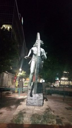 Centennial Olympic Park: Statue from the front
