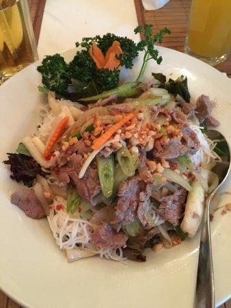 Vietnamesische Frühlingsrollen und lauwarmer Reisnudelsalat mit ...