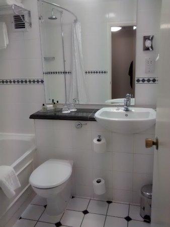 The Royal Angus Hotel: Fairly spacious bathroom.