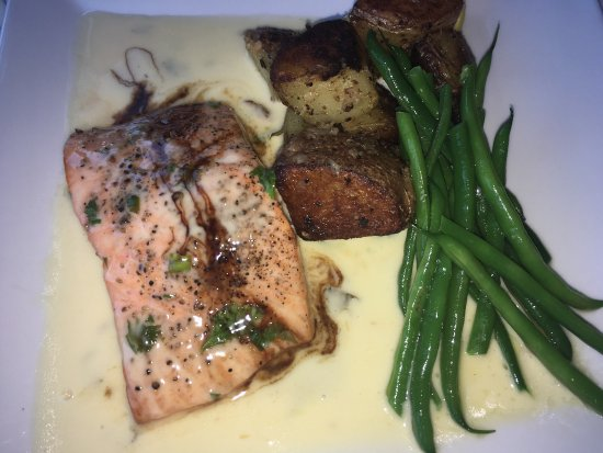 Warrensburg, estado de Nueva York: Farrow Island Salmon with Roasted Potatoes, and Hericot Verts💕