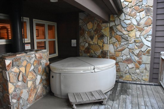 ‪‪Snowbird Mountain Lodge‬: Hot tub for Chestnut lodge rooms.‬