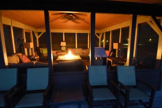 Snowbird Mountain Lodge: Screened area with firepit that overlooks the mountains.