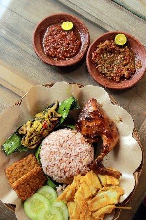 Makan Paket Ayam Goreng Atau Ayam Bakar Di Sini Enak Banget Belum