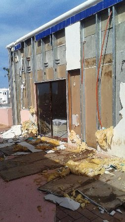 Los Jitos Hotel: asi quedaron la mitad de todas las habitaciones de arriba después del aire del huracan