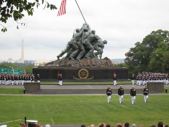 U.S. Marines Sunset Parade: 真打!!儀じょう隊の登場です。こんなに大勢どこに隠れていたの?