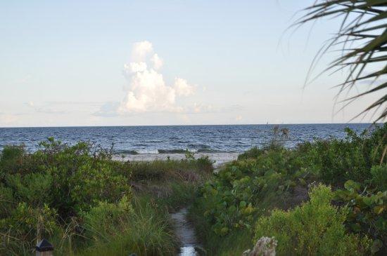 Tortuga Beach Club Resort: path from resort to beach