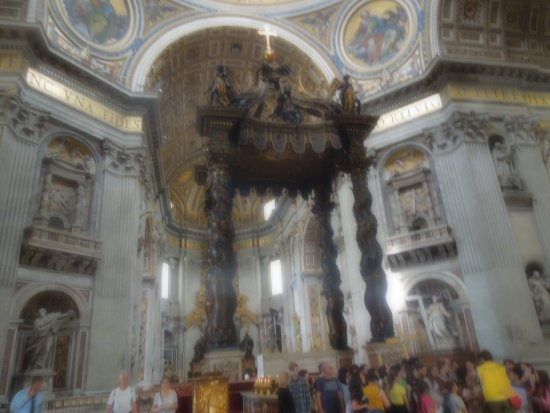 Baldacchino di San Pietro, di Bernini: Look how small the people are (and how big the canopy is)