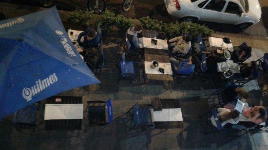 Maddalena. Mesas en la vereda desde el balcón de fumadores. ca642f9ad69